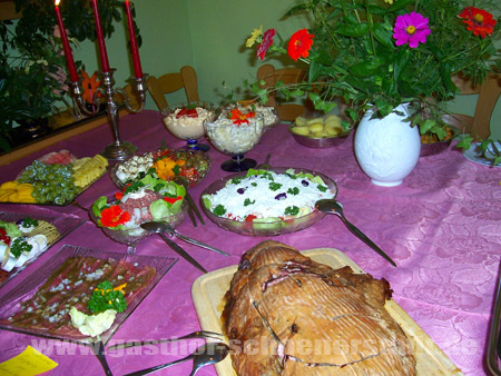Buffet mit Salaten und Kassler in Brotteig