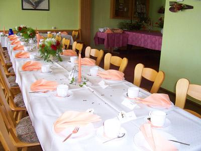 Tafel für Familienfeier